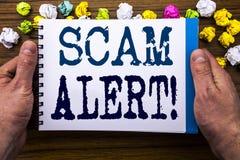 Texto de la escritura que muestra la alarma de Scam Concepto del negocio para la advertencia del fraude escrita en el libro del c Fotografía de archivo