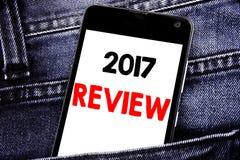 Texto de la escritura que muestra a 2017 el comentario Concepto del negocio para el teléfono celular móvil escrito anual del info Fotos de archivo libres de regalías