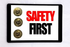 Texto de la escritura que muestra el concepto del negocio de la seguridad primero para la advertencia segura escrita en la pantal Fotografía de archivo libre de regalías