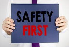 Texto de la escritura que muestra el concepto del negocio de la seguridad primero para la advertencia segura escrita en la tenenc Foto de archivo