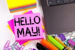Texto de la escritura que muestra el hola mayo Primavera hecha en la oficina con alrededores tales como ordenador portátil, marca Fotografía de archivo libre de regalías