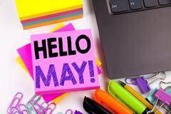 Texto de la escritura que muestra el hola mayo Primavera hecha en la oficina con alrededores tales como ordenador portátil, marca Imágenes de archivo libres de regalías