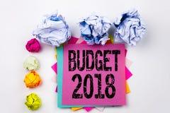 Texto de la escritura que muestra el presupuesto 2018 escrito en nota pegajosa en oficina con las bolas del papel del tornillo Co Imágenes de archivo libres de regalías