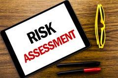 Texto de la escritura que muestra la evaluación de riesgos El concepto del negocio para el peligro de la seguridad analiza escrit Foto de archivo libre de regalías
