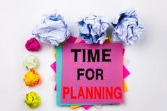 Texto de la escritura que muestra la hora para planear escrita en nota pegajosa en oficina con las bolas del papel del tornillo C Foto de archivo