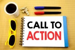 Texto de la escritura que muestra llamada a la acción El concepto del negocio para la meta dinámica del éxito escrita en nota peg Imagenes de archivo