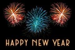 Texto de la Feliz Año Nuevo con el fondo de los fuegos artificiales Foto de archivo libre de regalías