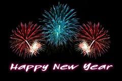 Texto de la Feliz Año Nuevo con el fondo de los fuegos artificiales Fotografía de archivo