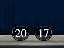 Texto de la Feliz Año Nuevo 2017 con los vidrios del ojo Fotografía de archivo