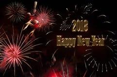 Texto de la Feliz Año Nuevo 2018 del color oro y de los fuegos artificiales Foto de archivo libre de regalías
