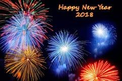 Texto de la Feliz Año Nuevo 2018 del texto y de los fuegos artificiales del fuego Imagen de archivo libre de regalías