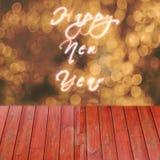 Texto de la Feliz Año Nuevo escrito en fondo del oro Tabla vacía de Rea para la exposición de los productos Imagen de archivo libre de regalías