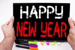 Texto de la Feliz Año Nuevo escrito en la tableta, ordenador en la oficina con el marcador, pluma, efectos de escritorio Concepto Foto de archivo libre de regalías
