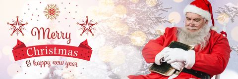 Texto de la Feliz Año Nuevo de la Feliz Navidad y el caer de Papá Noel dormido con el libro Fotografía de archivo