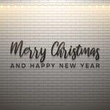 Texto de la Feliz Navidad y de la Feliz Año Nuevo con la luz de la Navidad en el fondo blanco del ladrillo stock de ilustración