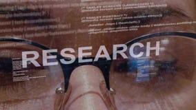 Texto de la investigación en el desarrollador de software de sexo femenino almacen de metraje de vídeo