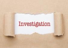 Texto de la investigación que aparece detrás del papel marrón fotos de archivo