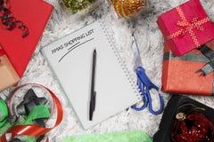 Texto de la lista de compras de Navidad en el libro Foto de archivo libre de regalías