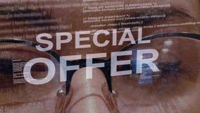 Texto de la oferta especial en fondo del desarrollador de sexo femenino almacen de video