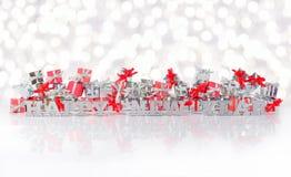 Texto de la plata de la Feliz Año Nuevo en el fondo de regalos Imágenes de archivo libres de regalías