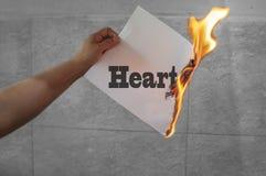 Texto de la quemadura de corazón en el papel ardiente fotografía de archivo libre de regalías