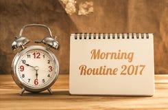 texto de la rutina 2017 de la mañana en el cuaderno con el despertador en la madera t Fotos de archivo