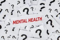 Texto de la salud mental con símbolo del signo de interrogación fotos de archivo