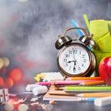 Texto de la tiza de nuevo a los efectos de escritorio del despertador de la escuela Fotos de archivo libres de regalías