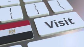 Texto de la VISITA y bandera de Egipto en los botones en el teclado de ordenador Animaci?n conceptual 3D stock de ilustración