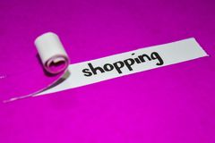 Texto de las compras, concepto de la inspiración, de la motivación y del negocio en el papel rasgado púrpura fotos de archivo