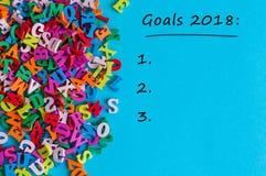 Texto de las metas 2018 en fondo azul Las promesas del ` s del Año Nuevo para el próximo año con de hacer la lista, imitan para a Imagen de archivo
