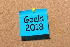 Texto de las metas 2018 en la nota azul fijada al tablero del corcho Las promesas del ` s del Año Nuevo para el próximo año, imit Imagen de archivo