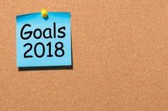 Texto de las metas 2018 en la nota azul fijada al tablero del corcho Las promesas del ` s del Año Nuevo para el próximo año, imit Imágenes de archivo libres de regalías