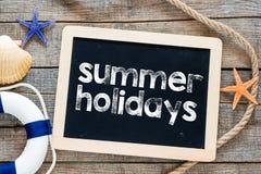 Texto de las vacaciones de verano en la pizarra Imagen de archivo libre de regalías