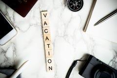 Texto de las vacaciones en los accesorios de mármol del viaje Fotos de archivo