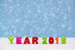 Texto de madera colorido del año 2018 en el escritorio de madera blanco con Christm Fotografía de archivo libre de regalías