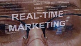 Texto de mercado do tempo real no fundo do colaborador fêmea filme