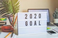texto de 2020 objetivos do ano novo na caixa leve na tabela da mesa no escritório domiciliário imagens de stock royalty free