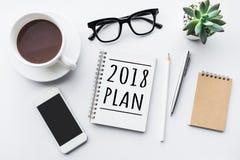 texto de 2018 planes en la libreta con los accesorios de la oficina Imagen de archivo