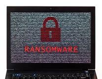 Texto de Ransomware con la cerradura roja sobre el texto cifrado en un sc del ordenador portátil imagen de archivo