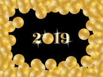 Texto de saludo de la Feliz Año Nuevo 2019 de oro brillante dentro de los globos del oro que enmarcan en fondo negro ilustración del vector