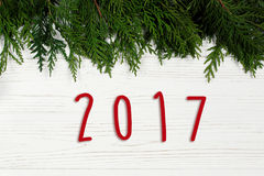 texto de 2017 sinais na beira dos ramos de árvore do Natal no whit à moda Fotografia de Stock Royalty Free