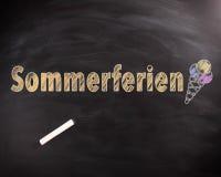 Texto de Sommerferien con helado en la pizarra Foto de archivo libre de regalías