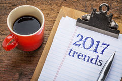 texto de 2017 tendências no quadro-negro na prancheta Fotos de Stock Royalty Free