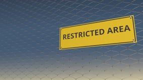 Texto del ÁREA RESTRICTA en la placa amarilla en una cerca de alambre de la malla contra el cielo azul animación 3D almacen de metraje de vídeo