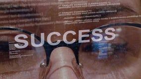 Texto del éxito en el desarrollador de software de sexo femenino almacen de video