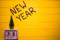 Texto del Año Nuevo del café en fondo de madera amarillo del tablón Fondo del Año Nuevo Imagenes de archivo