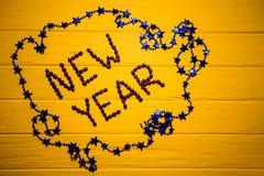 Texto del Año Nuevo del café en fondo de madera amarillo del tablón Fondo del Año Nuevo Fotos de archivo