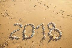 Texto del Año Nuevo 2018 en la arena Fotos de archivo