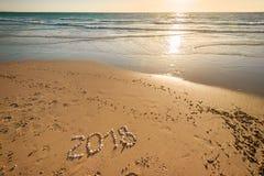 Texto del Año Nuevo 2018 en la arena Foto de archivo
